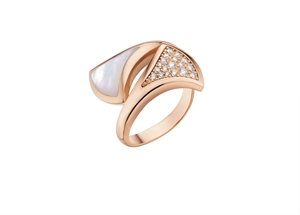 Divas' Dream 18K Pink Gold Ring mounted with mother of pearl & pave